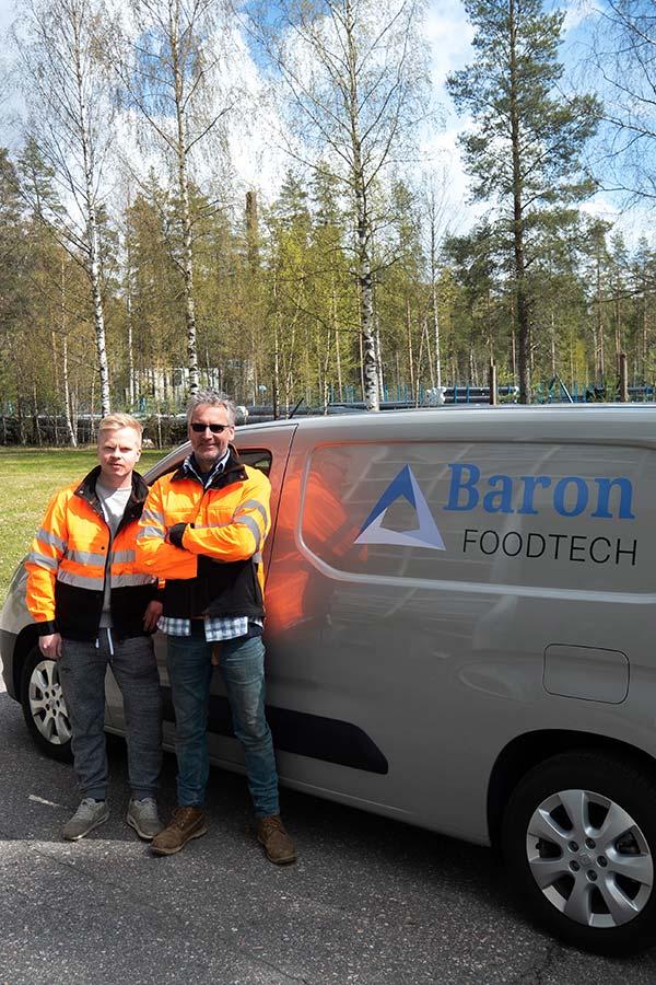 Matias ja Pieter seisoo harmaan pakettiauton edessä